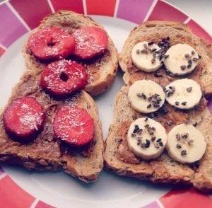 brood met pindakaas en banaan en aardbei