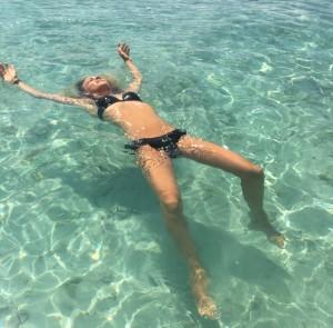 gili T chillen in de zee