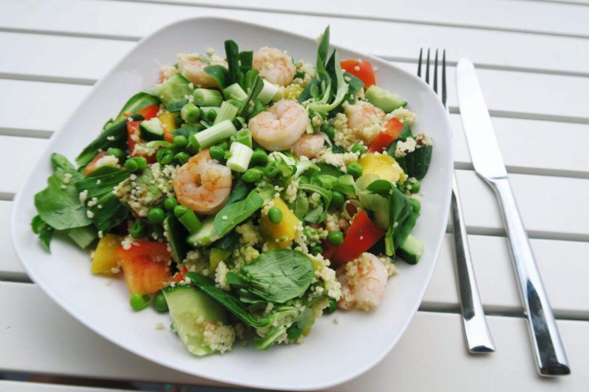 zomerse salade met garnalen en mango